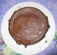 Photo du flan au chocolat dans le plat blanc