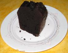 Photo d'une part de quatre quarts au chocolat dans une assiette